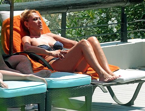 Comfort, Sitting, Human leg, Leisure, Summer, Orange, Thigh, Knee, Outdoor furniture, Sunlounger,