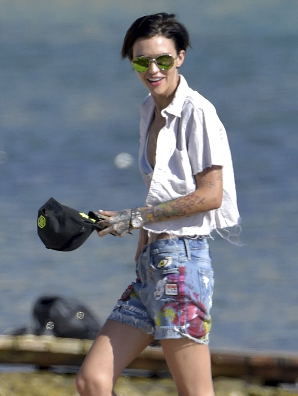 Ruby Rose Presume De Tatuajes En Ibiza Junto A Su Novia