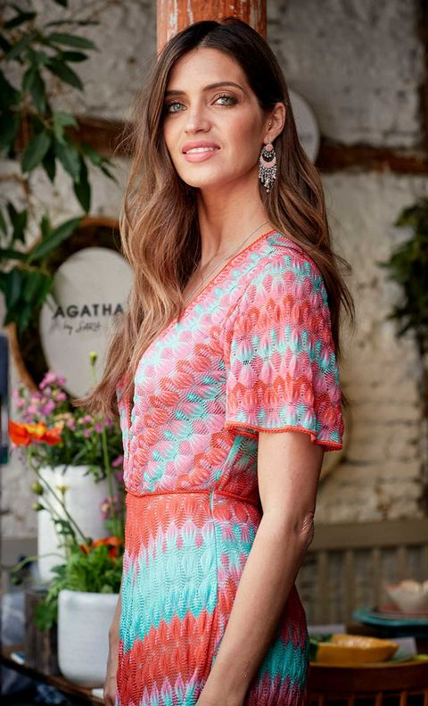 Hair, Lip, Hairstyle, Sleeve, Shoulder, Flowerpot, Facial expression, Style, Street fashion, Beauty,