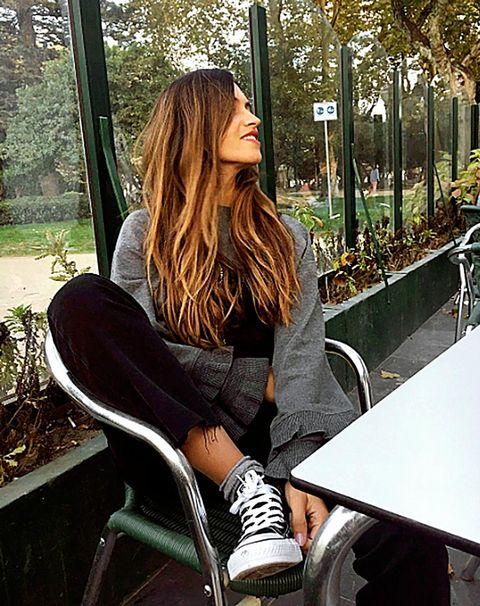 Hair, Clothing, Leg, Long hair, Beauty, Sitting, Hairstyle, Shoulder, Street fashion, Footwear,