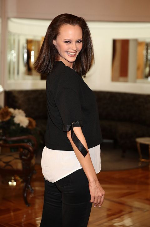 Brown, Sleeve, Shoulder, Joint, Style, Waist, Elbow, Beauty, Fashion, Neck,