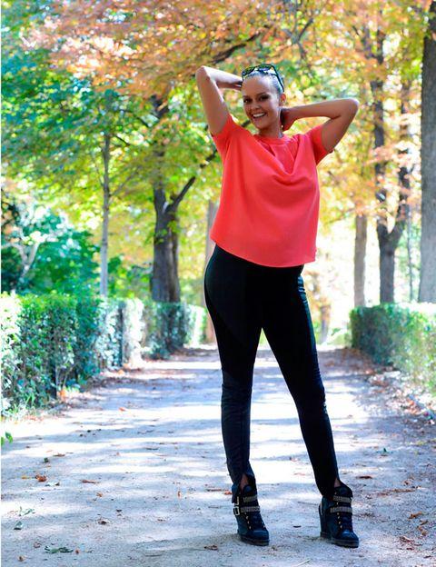 Sleeve, Human leg, Leaf, People in nature, T-shirt, Active pants, Street fashion, Waist, Knee, High heels,