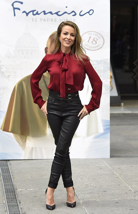 Sleeve, Textile, Outerwear, Style, Fashion model, Waist, Fashion accessory, Street fashion, Fashion, Knee,