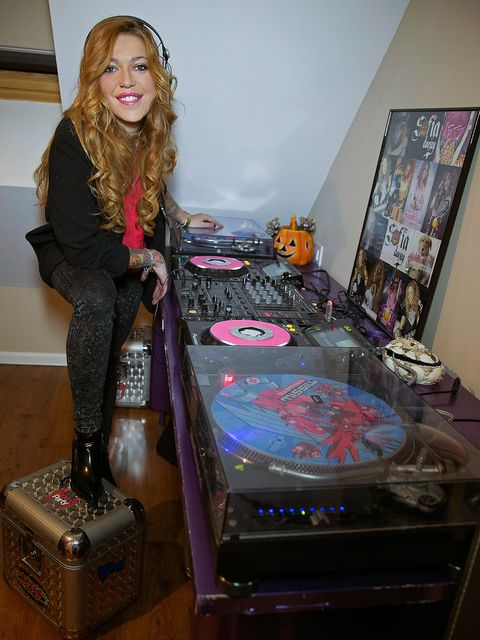 Electronics, Blond, Brown hair, Long hair, Games, Record player, Tights, Scarf, Boot,