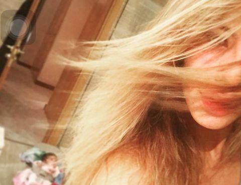 Hairstyle, Blond, Long hair, Brown hair, Hair coloring, Feathered hair, Flesh, Step cutting, Selfie,