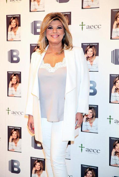 Clothing, White, Skin, Outerwear, Blazer, Beauty, Fashion, Suit, Formal wear, Shoulder,