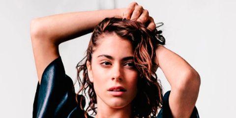Hairstyle, Sleeve, Shoulder, Joint, Elbow, Style, Eyelash, Wrist, Fashion, Fashion model,