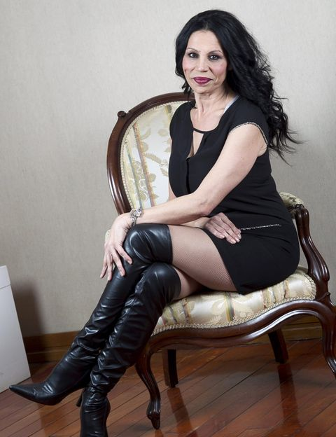 Sitting, Joint, Human leg, Furniture, Knee, Beauty, Fashion, Thigh, Black hair, Boot,