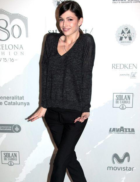 Sleeve, Human body, Shoulder, Joint, Standing, Style, Logo, Waist, Black hair, Fashion,