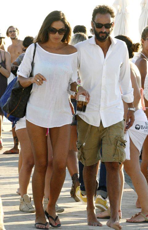 Clothing, Eyewear, Leg, Vision care, Shirt, Human leg, White, Sunglasses, Summer, Bag,