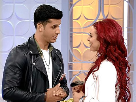Jacket, Hairstyle, Style, Red hair, Leather jacket, Leather, Black hair, Conversation, Brown hair, Zipper,
