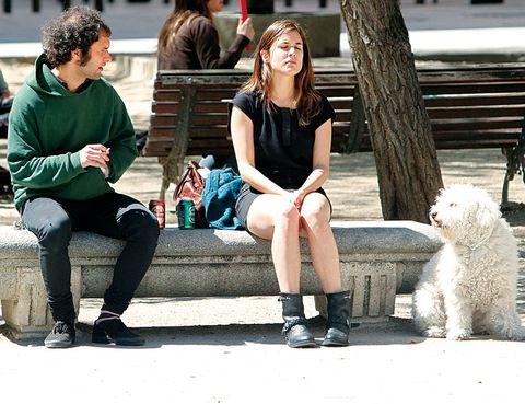 Leg, Trousers, Outerwear, T-shirt, Dog, Style, Sitting, Street fashion, Knee, Carnivore,