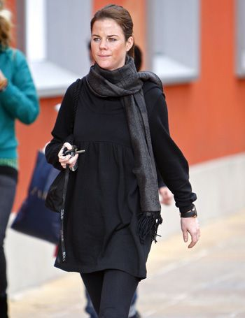 Sleeve, Human body, Winter, Outerwear, Style, Street fashion, Fashion accessory, Fashion, Stole, Wrap,