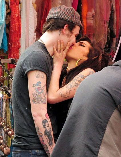 Amy Winehouse desata su pasión con su novio en plena calle