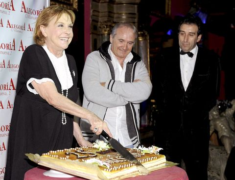 Smile, Cuisine, Dessert, Cake, Baked goods, Sweetness, Sharing, Cake decorating, Dish, Kuchen,