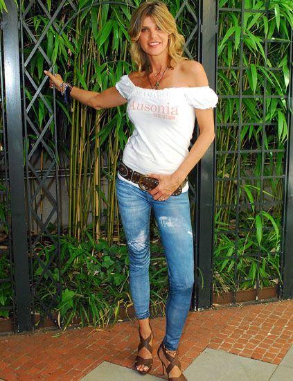 Denim, Jeans, Shoulder, Textile, Joint, Waist, Street fashion, Knee, Chest, Foot,