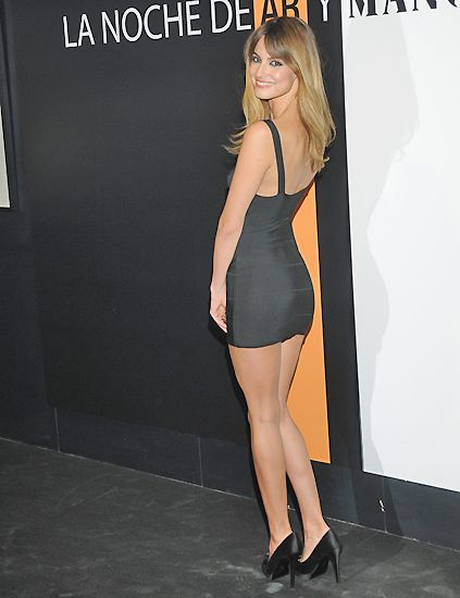 Clothing, Leg, Mouth, Dress, Shoulder, Human leg, Joint, Style, High heels, Fashion model,