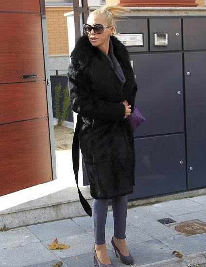 Clothing, Eyewear, Outerwear, Sunglasses, Street fashion, Goggles, Fashion accessory, Bag, Knee, Sandal,