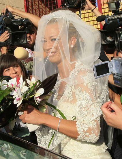 Petal, Bridal veil, Veil, Bridal clothing, Bouquet, Mobile phone, Bride, Cut flowers, Wedding dress, Marriage,