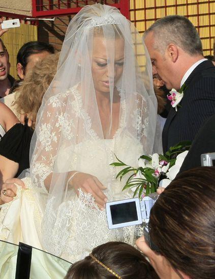 Hair, Bridal clothing, Veil, Hairstyle, Bridal veil, Event, Petal, Photograph, Coat, Bride,