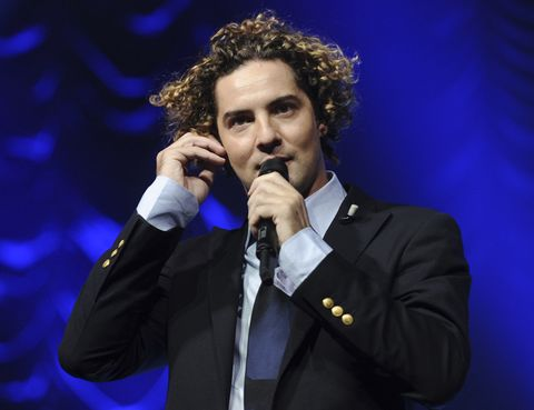 Audio equipment, Microphone, Dress shirt, Electronic device, Collar, Hand, Outerwear, Formal wear, Coat, Suit,
