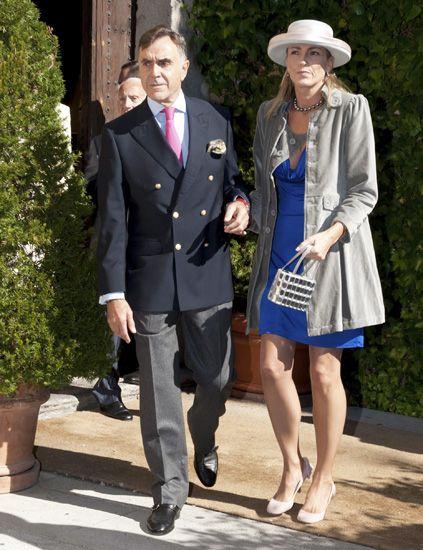 Clothing, Leg, Coat, Flowerpot, Trousers, Collar, Shirt, Standing, Outerwear, Formal wear,