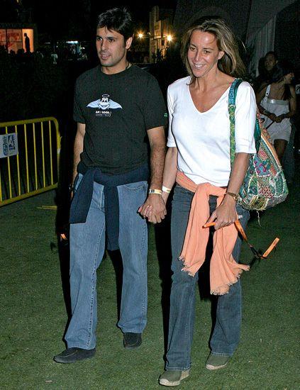 Bag, Luggage and bags, Waist, Friendship, Trunk, Handbag, Shoulder bag, Belt, Abdomen, Active pants,