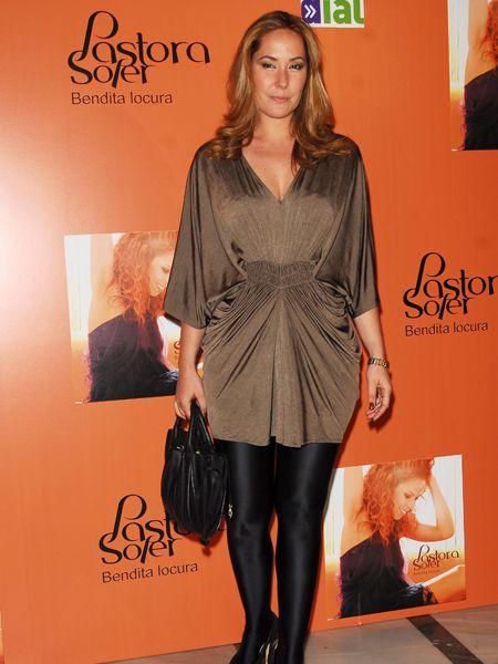 Human, Brown, Outerwear, Bag, Style, Fashion accessory, Beauty, Fashion model, Fashion, Logo,