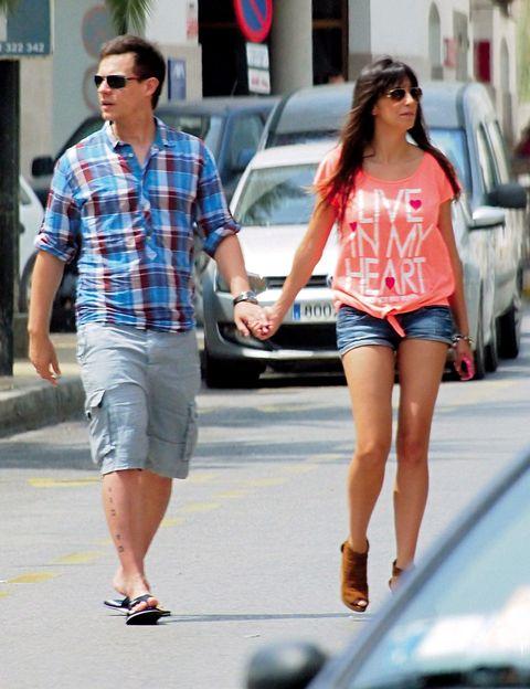 Clothing, Eyewear, Leg, Vision care, Human leg, Human body, Shirt, Outerwear, T-shirt, Street fashion,