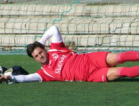 Grass, Sports uniform, Human leg, Joint, Goalkeeper, Mesh, Knee, Player, Athletic shoe, Wire fencing,