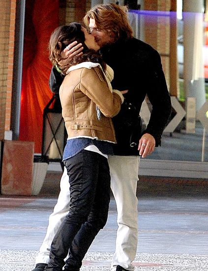 Trousers, Outerwear, Interaction, Romance, Street fashion, Fashion, Love, Bag, Curtain, Jacket,