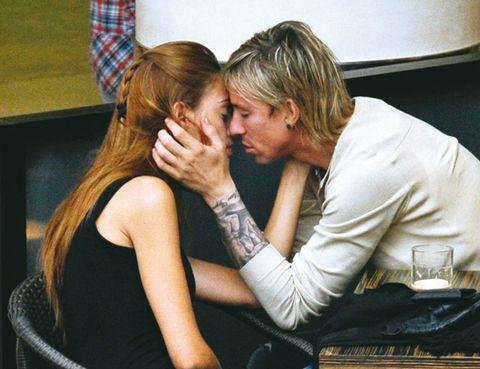 Arm, Wrist, Interaction, Comfort, Sitting, Sharing, Conversation, Love, Blond, Long hair,