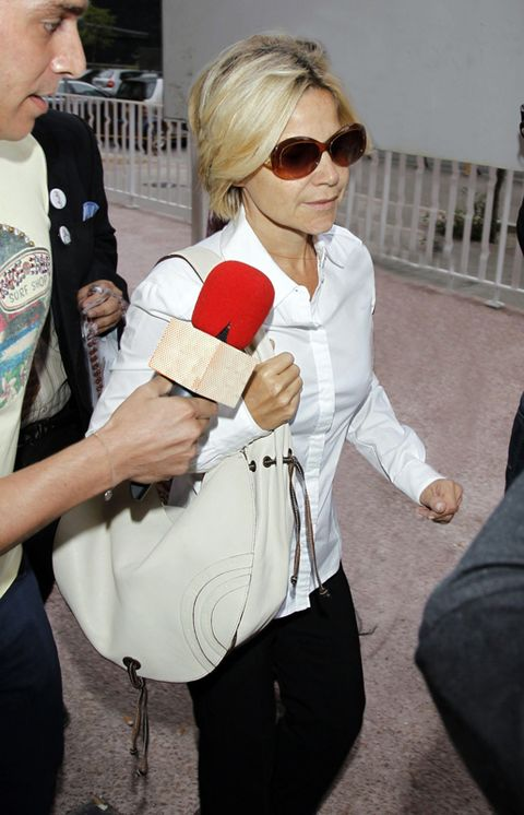 Eyewear, Hand, Sunglasses, Street fashion, Bag, Blond, Active pants, Handbag,
