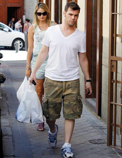 Clothing, Eyewear, Vision care, Shoulder, Shoe, T-shirt, Style, Bag, Sunglasses, Fashion accessory,