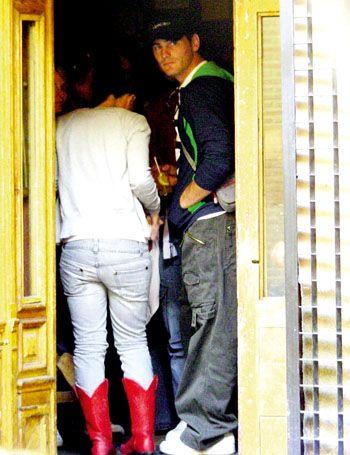 Leg, Yellow, Trousers, Jeans, Denim, Standing, Outerwear, Interaction, Street fashion, Carmine,