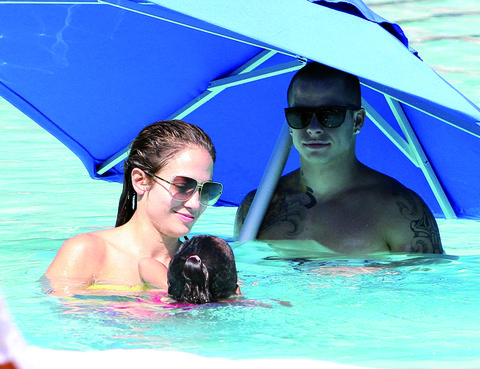 Eyewear, Nose, Vision care, Mouth, Glasses, Fun, Goggles, Swimming pool, Leisure, Summer,