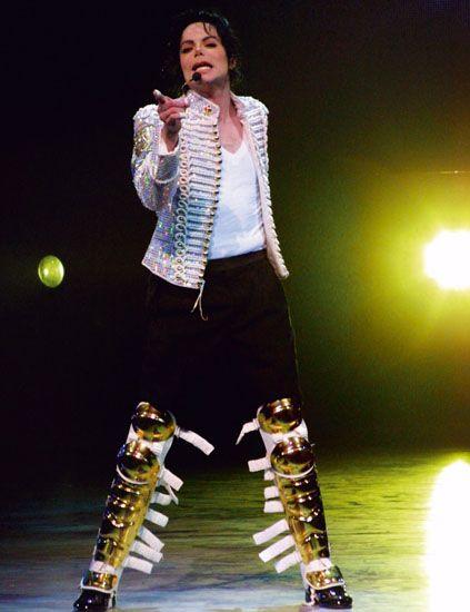 Microphone, Entertainment, Performing arts, Music artist, Audio equipment, Performance, Knee, Fashion, Pop music, Thigh,
