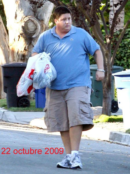 Human leg, Shoe, T-shirt, Shorts, Street fashion, Athletic shoe, Active shorts, Bermuda shorts, Bag, Sneakers,