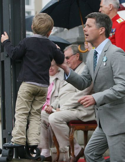 Leg, Trousers, Outerwear, Umbrella, Coat, Suit trousers, Dress shirt, Suit, Jacket, Blazer,