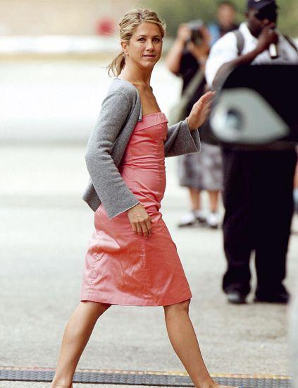Human leg, Drum, Street fashion, Fashion, Bag, Waist, Thigh, Foot, Calf, Brown hair,