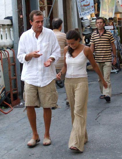 Clothing, Footwear, Leg, Trousers, Human body, Shirt, Standing, T-shirt, Waist, Temple,