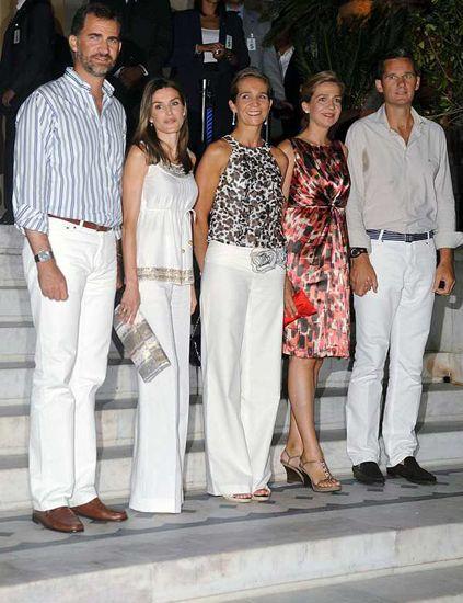 Footwear, Leg, Trousers, Shirt, Outerwear, Style, Dress shirt, Fashion, Temple, Street fashion,