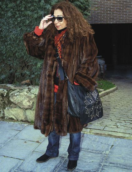 Clothing, Textile, Coat, Outerwear, Jacket, Style, Sunglasses, Street fashion, Fashion accessory, Bag,