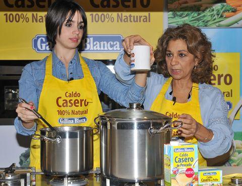 Cookware and bakeware, Logo, Stock pot, Cooking, Small appliance, Kitchen, Crock, Kitchen appliance, Aluminium, Home appliance,