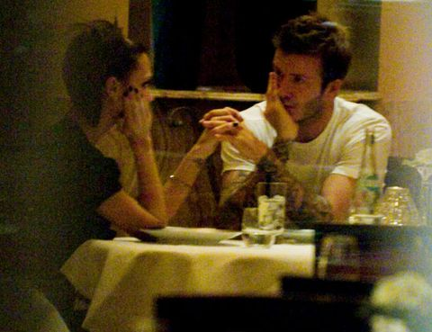 Head, T-shirt, Tablecloth, Interaction, Sharing, Conversation, Restaurant, Linens, Bottle, Barware,