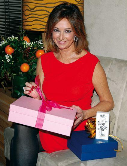 Shoulder, Jewellery, Box, Shipping box, Necklace, Trunk, Paper product, Grapefruit, Cardboard, Mandarin orange,