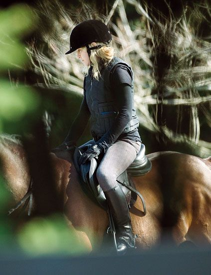 Horse tack, Horse, Headgear, Saddle, Boot, Equestrianism, Knee, Equestrian sport, English riding, Riding boot,