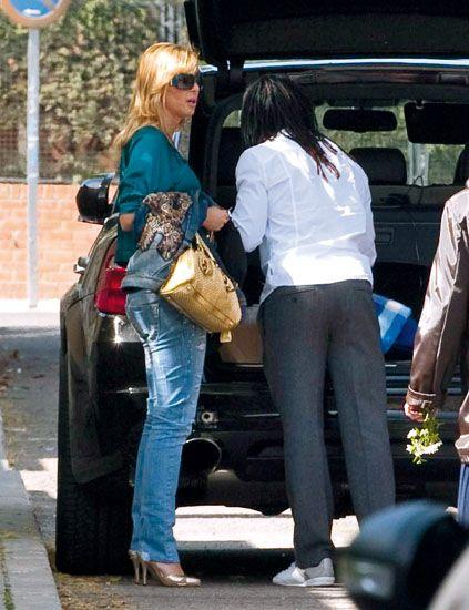 Clothing, Eyewear, Leg, Trousers, Bag, Outerwear, Denim, Style, Street fashion, Sunglasses,