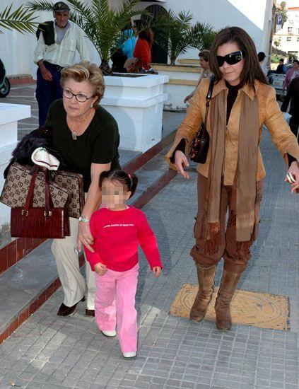 Clothing, Eyewear, Leg, Trousers, Outerwear, Coat, Fashion accessory, Tourism, Bag, Sunglasses,