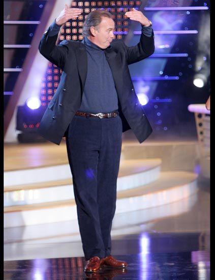 Coat, Dress shirt, Suit, Purple, Fashion, Blazer, Public event, Stage, Suit trousers, High heels,